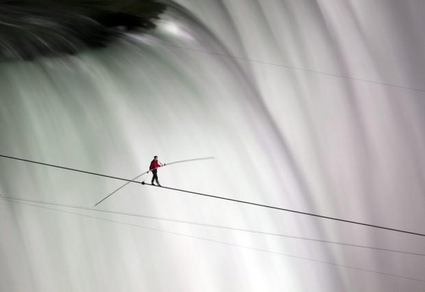 Американский канатоходец прошел по троссу над Ниагарским водопадом